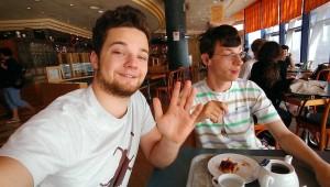 Ben und Florim beim Kaffee trinken