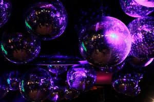 Rise_Up!_And_Dance_Premierenfeier_Wien_01_Disko-Kugeln