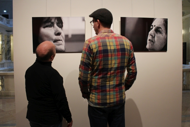 """Roman und Assistent Max erleben gemeinsam die Fotoausstellung """"Faces in Prayer"""""""