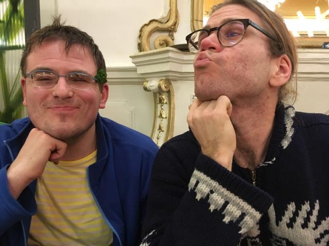 Bassam mit Garnierung auf der Brille und Assistent Antti, der Küsschen verschickt.