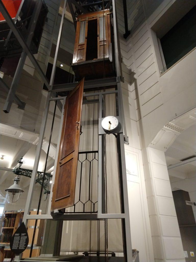 Ein alter Fahrstuhl mit viel Charme.