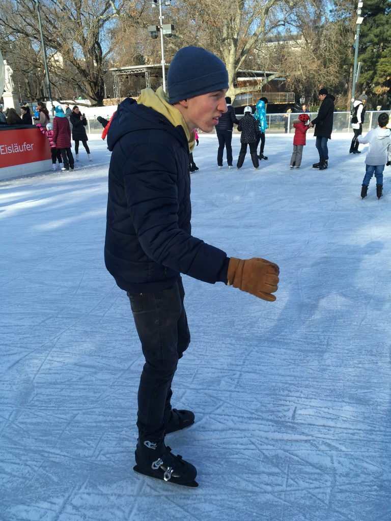 Maximilian gleitet auf den Schlittschuhen über das Eis
