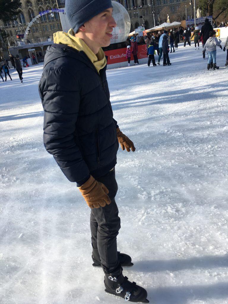Maximilian im Sonnenschein am Eis.