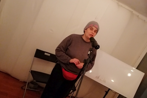 Sängerin Manu singt ihren Text ein