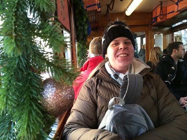 Vicky sitzt super glücklich in der weihnachtlich geschmückten Straßenbahn!