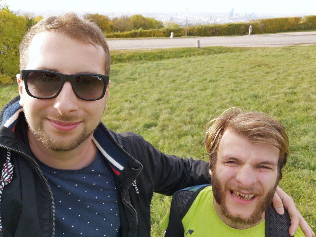 Alex und ich mit der Stadt im Hintergrund