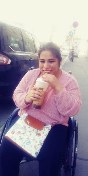 Sara trinkt Bubble Tea.