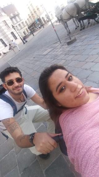 Selfie des Freizeitassistenz-Paares Sara und Juan.